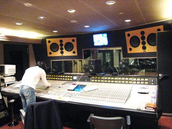 録音専用の大きな機材を操って、音の職人がそのテクニックで音楽を形にしてゆきます。