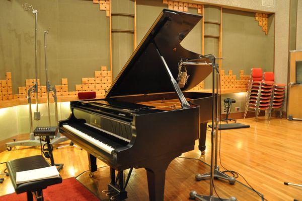 数々の有名アーティストが使用してきたピアノで録音です。