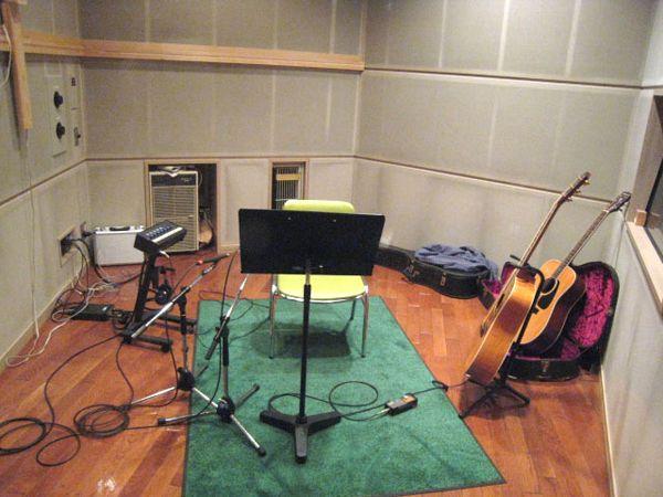 各楽器の音をクリアに録音出来る様に個室に分けて演奏します。この部屋はギター部屋。